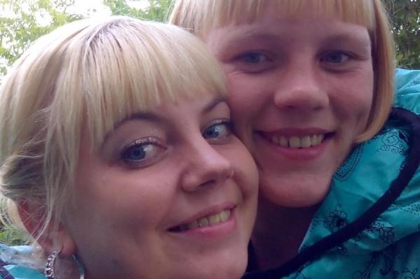 На этом фото Анастасия (слева) вместе с матерью убитого ребенка. Похороны малыша легли на плечи родственницы