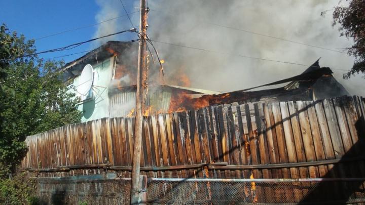 Черный дым видно издалека: на Вторчермете загорелся дом