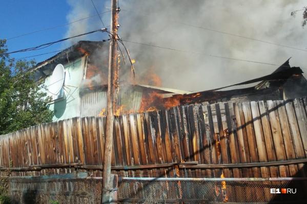 Очевидцы говорят, что буквально за несколько минут пожар разгорелся сильнее