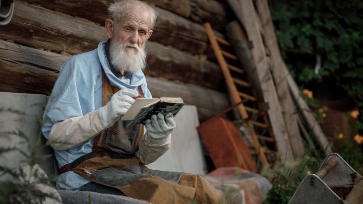 «Хранит дух русской глубинки»: фотограф запечатлел быт старейшего пасечника края