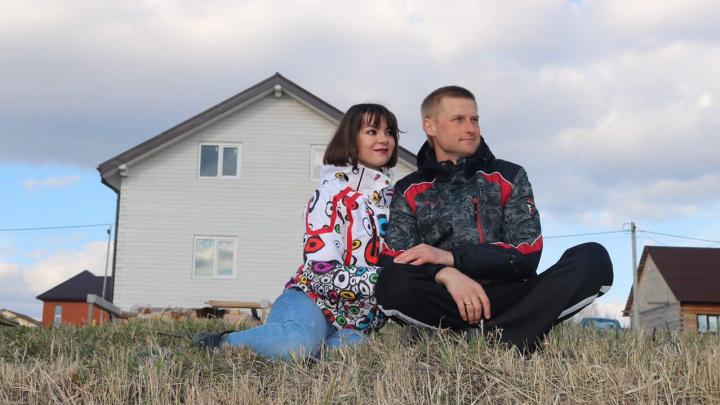 «Отношения улучшились»: эти пары переехали из города в деревню — теперь они меньше тратят на одежду и больше спят