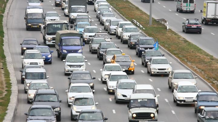 «Всем удачного отдыха»: новосибирские автомобилисты встали в пробку на выезде из города