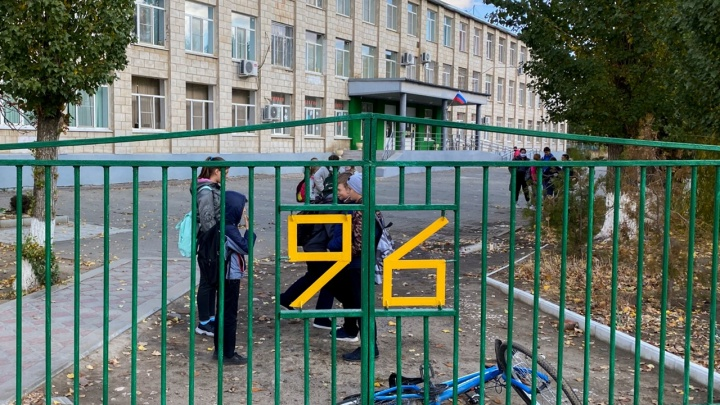«Болеют директор, педагоги и даже завуч»: волгоградцы пожаловались на острую нехватку учителей в школе № 96