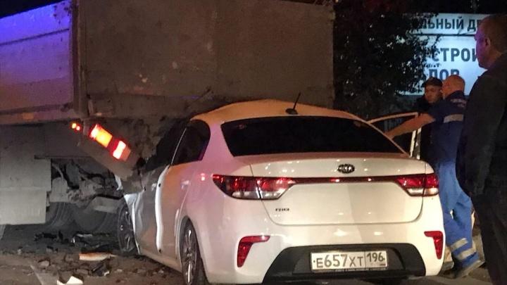 В Екатеринбурге KIA Rio влетела под длинномер прямо на пешеходном переходе: видео