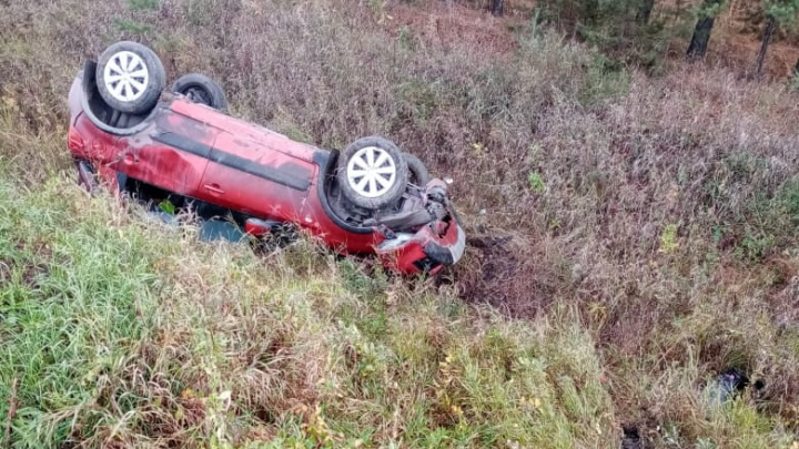 На трассе Омск — Муромцево иномарка попала колесом в яму, перевернулась и улетела в кювет