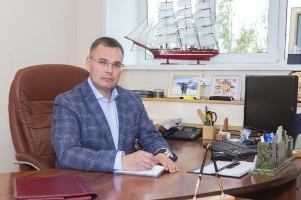 Олег Мишуков родился 4 января 1973 года в Архангельске. Трудовой путь начал в 1990 году