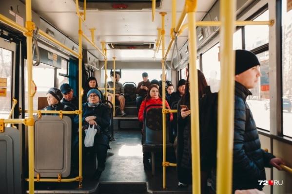 Теперь у тюменских старушек в автобусах появилась (не)здоровая конкуренция по будням