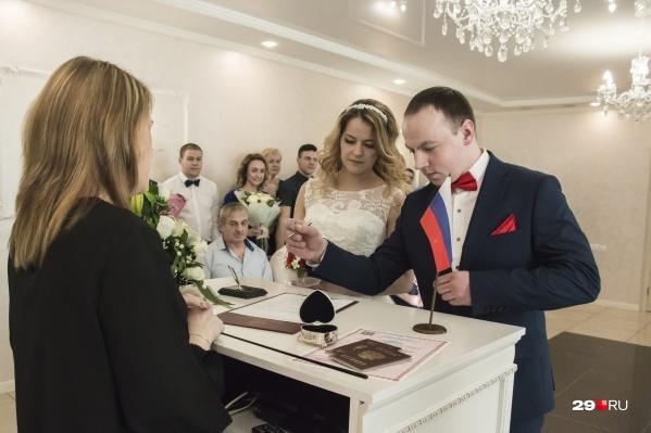 Антон и Александра Матвеевы ждали полгода, чтобы расписаться именно 20 февраля 2020 года