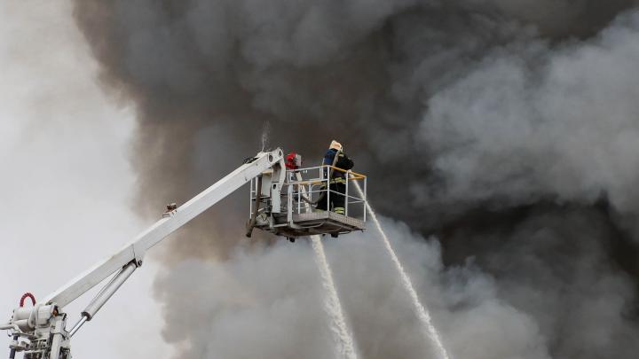 Горело почти 2 тысячи квадратных метров: 10 эпичных кадров с пожара на складе в Сормовском районе