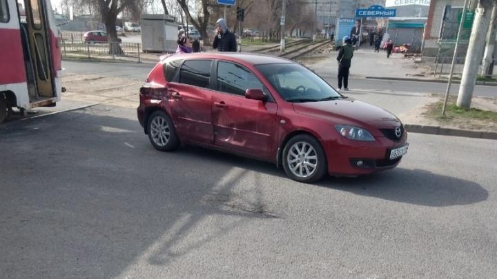 Пробка в километр: на севере Волгограда водитель иномарки не заметил трамвай