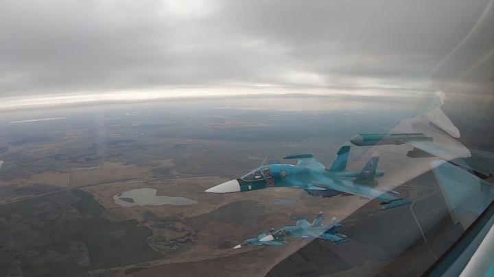 Два десятка самолетов и вертолетов парадным строем пролетели над Екатеринбургом. Эффектный фоторепортаж