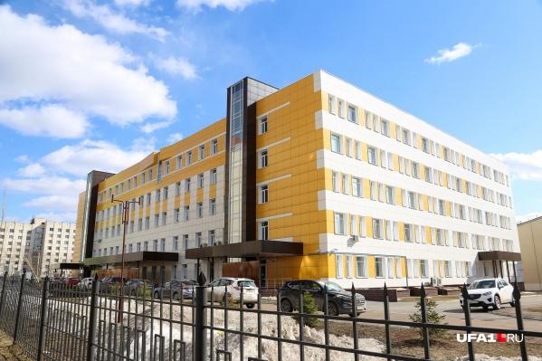 В этой больнице умерла женщина, у которой после смерти выявили коронавирус. Теперь эту же инфекцию подозревают и у 170 медиков и пациентов