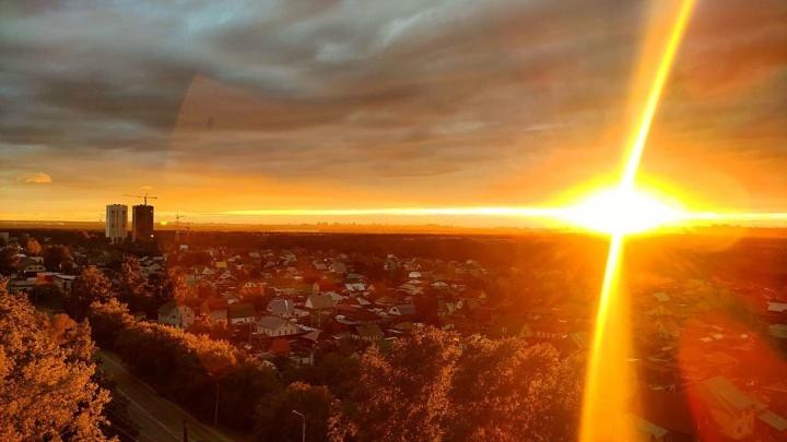 Город озарился: новосибирцев удивил золотой закат