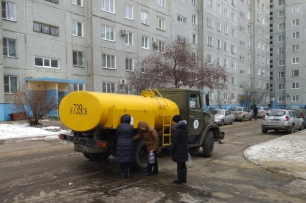 Возле одного из зданий на Московке поставятмашину с питьевой водой