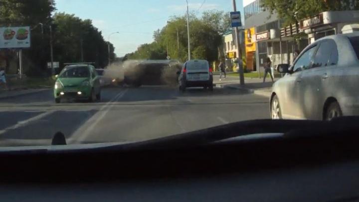 Дорожное видео недели: эффектное ДТП на Вторчермете, смерть пешехода на трассе и подбитый байкер