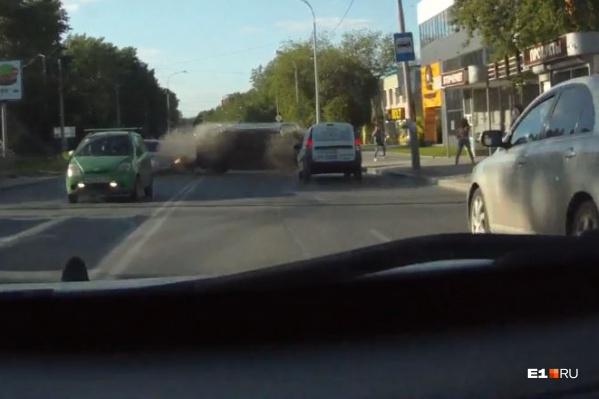 Женщина на Mazda отвлеклась и выехала на встречку. В итоге ее машина оказалась на боку