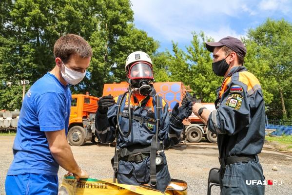 Ребята-спасатели помогли облачиться в форму