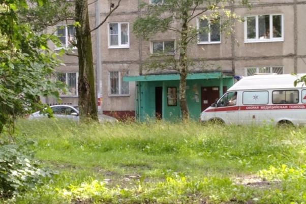 Не реагировал на сигналы: в Ярославле водитель заблокировал проезд для скорой. Подробности