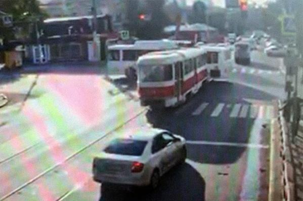 Трамвай не остановился на красный свет