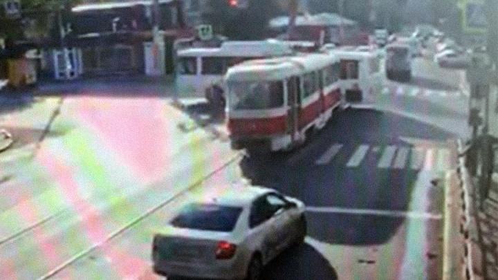 Видео момента ДТП: в центре Самары трамвай протаранил автобус