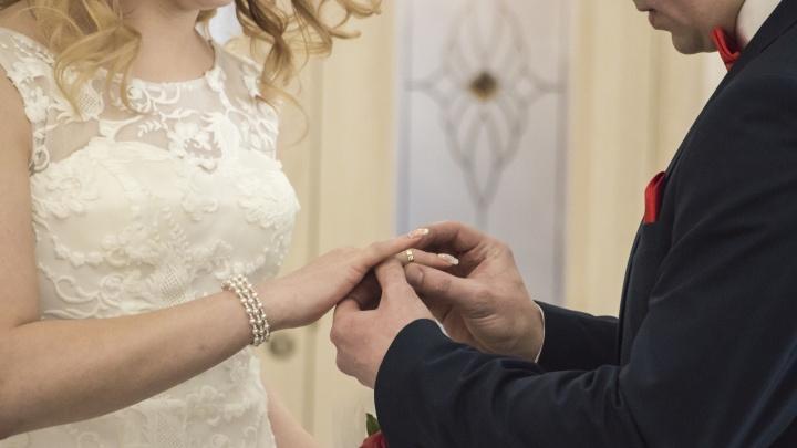 В Архангельской области разрешили свадебные церемонии с гостями, если в зале не больше 8 человек