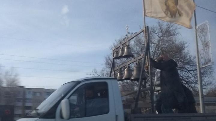 «Сгинь, коронавирус!»: священник на «Газели» окропил святой водой улицы Самары