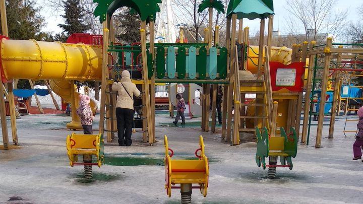 Чиновники объяснили, почему не убирают лед на детских площадках в парке Гагарина
