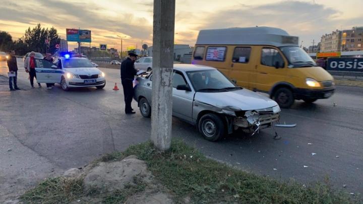 «Умерла в машине скорой помощи»: в Волгограде пожилая женщина стала жертвой массовой аварии