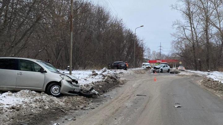 Водитель «Инфинити» попал в ДТП на встречной полосе в Новосибирске и скрылся после аварии