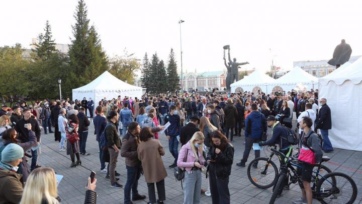 Перед Оперным театром собрались несколько сотен человек — объясняем, что происходит