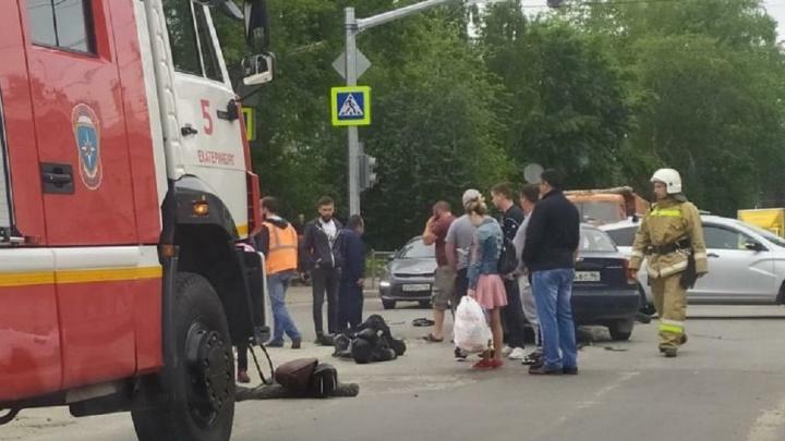 «Байкер с пассажиркой перелетели через машину»: на Эльмаше мотоциклист врезался в Lanos