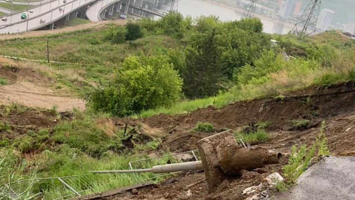 Склон в Студгородке продолжает сползать. Депутат опубликовал жуткие фото