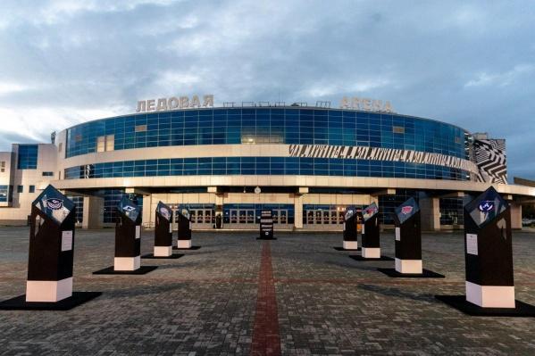 Перед ледовой ареной в Челябинске появилась аллея со всеми эмблемами, которые украшали форму челябинского клуба в разные годы