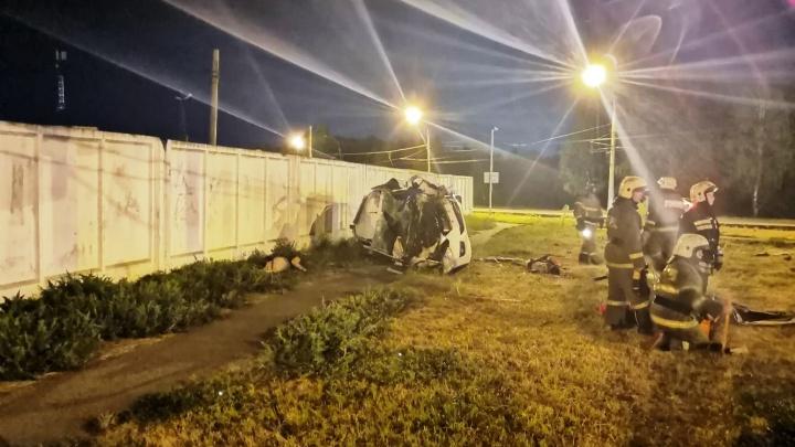 На Левобережье в такси насмерть разбились три человека