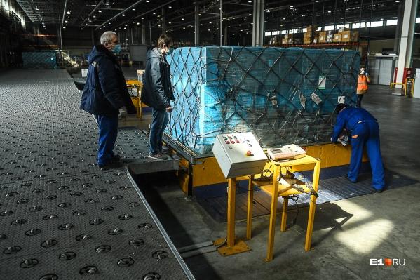 Недавно маски привозили в Екатеринбург из Китая, а потом привезли оборудование, чтобы производить их здесь