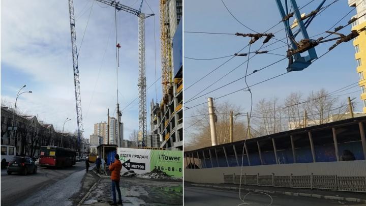 На Белинского стрела строительного крана рухнула и оборвала провода