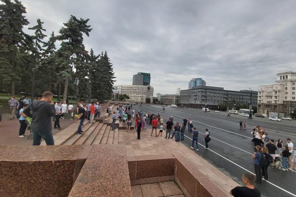 По словам участников акции, на площади Революции собралось около сотни человек