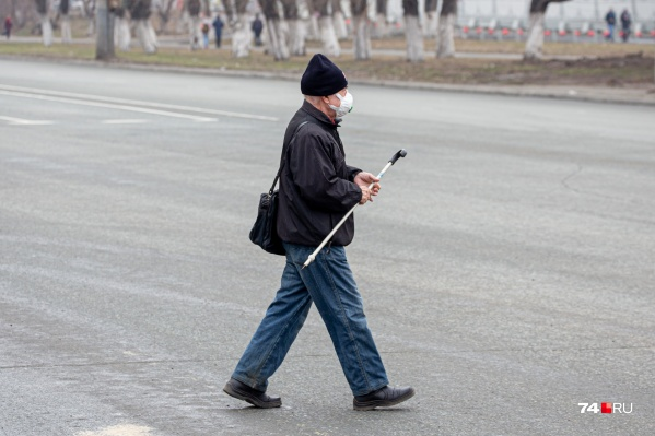 Южноуральцев в возрасте 65+ власти настойчиво просят оставаться дома и по возможности избегать контактов с внешним миром