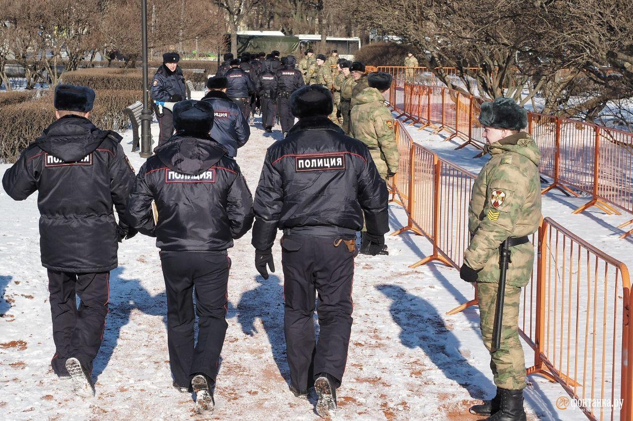 В районе Троицкой площади корреспондент «Фонтанки» видит поставленные рамки, снегоуборочную технику и заборы.&nbsp;<br>