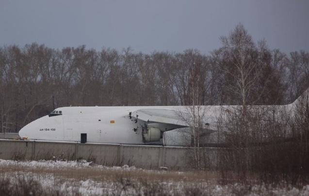 Полосу освободят только через 2 часа: из-за выкатившегося самолета рейсы из Новосибирска отправляют в Кемерово
