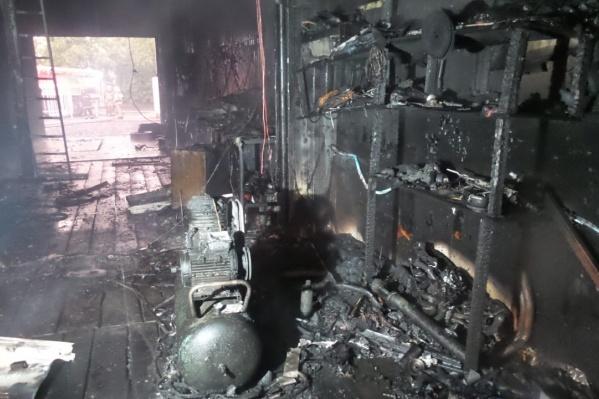 На Сортировке сгорел автосервис, а хозяин сбежал с места происшествия