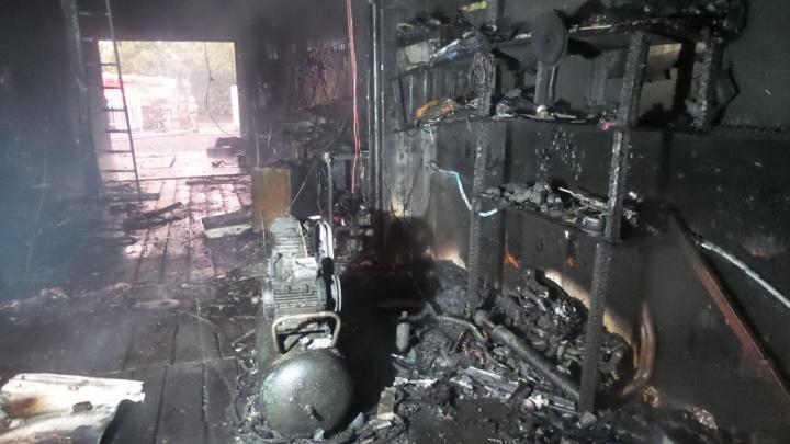 Хозяин разводил огонь на участке: в Екатеринбурге сгорел автосервис с газовыми баллонами внутри