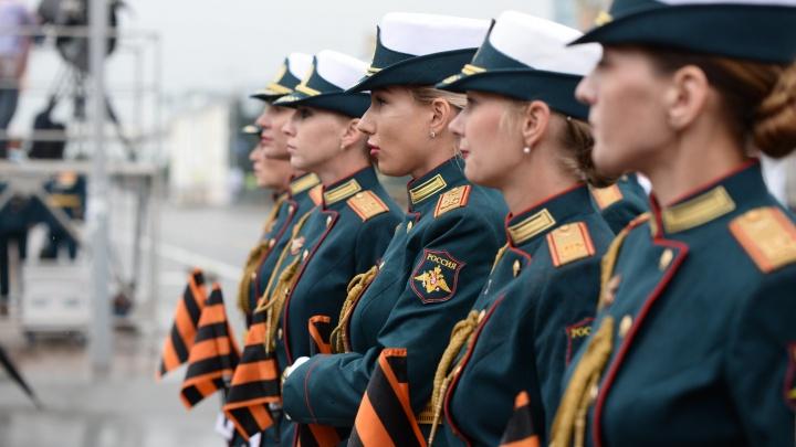 Танки, самолеты и самые красивые девушки: лучшие кадры парада в Екатеринбурге