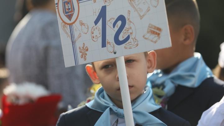 Десять первых классов в одной школе: как прошли линейки в условиях пандемии