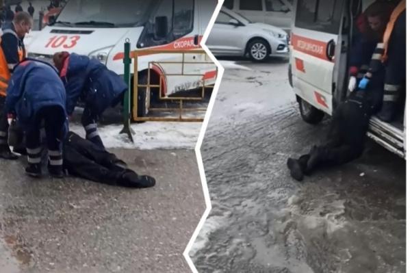 Пациента тащили к машине скорой помощи по земле