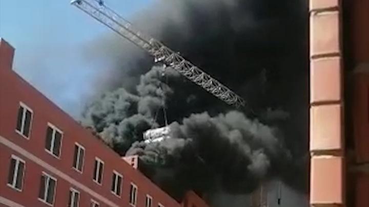 Как будто склад с резиной загорелся: в Кировском районе Волгограда тушили недостроенный дом