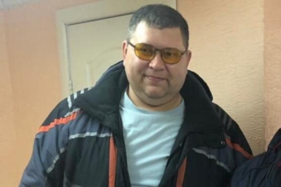 Мужчина носит очки с антибликовым покрытием, когда водит машину. Но вряд ли будет ходить в них по городу