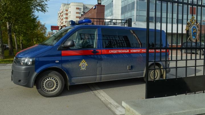 В Екатеринбурге мужчина с ножом всю ночь удерживал девушку в ее же квартире, угрожая себя поджечь