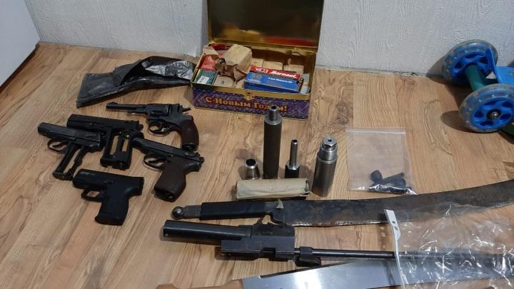 Держали арсенал в коробке «С Новым годом»: в Челябинской области ФСБ задержала торговцев оружием