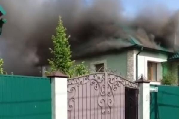По информации МЧС, на улицу Буковую выезжали 14 единиц спецтехники